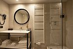 Badkamer met douche - Deluxe Kamer / Bathroom with shower - Deluxe Room